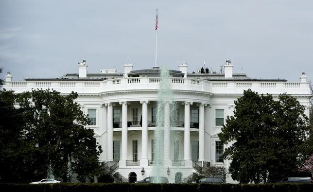 11月15日、米ホワイトハウスは、トランプ次期大統領の政権移行チーム責任者のペンス次期副大統領から署名文書を受け取ったと発表した。写真はワシントンで3月撮影(2016年 ロイター/Gary Cameron)