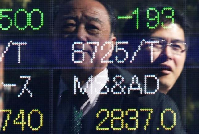 11月16日、東京株式市場で日経平均は大幅反発。米国株高や1ドル109円台前半とドル高/円安方向に振れた為替が追い風となり、朝方から主力株を中心に買いが先行。日経平均は一時218円高となった。写真は都内の株価ボード。9日撮影(2016年 ロイター/Issei Kato)