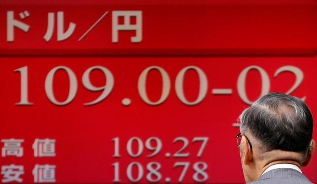 11月16日、ドル/円の上昇が続いているが、通貨オプション市場ではさらなるドル高に対する「気迷い」もうかがえる。日米金利差などからは買われ過ぎの領域との見方も出ており、調整局面入りに対する警戒感も強い。都内の証券会社で撮影(2016年 ロイター/Toru Hanai)