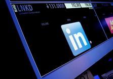 Microsoft ofreció concesiones a los reguladores antimonopolio de la Unión Europea a fin de obtener la aprobación a su oferta de 26.000 millones de dólares para comprar a la red social LinkedIn, dijo el miércoles la autoridad ejecutiva del bloque. En la imagen, el símbolo e información de cotización de LinkedIn Corp. en una pantalla en la bolsa de Nueva York, en Nueva York, 13 de junio de 2016.  REUTERS/Brendan McDermid/File Photo