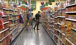Les prix à la consommation aux Etats-Unis ont enregistré en octobre leur plus forte progression depuis six mois, soutenus notamment par la hausse des prix de l'essence et des loyers. /Photo d'archives/REUTERS/Rick Wilking