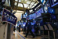 Deux semaines avant l'élection présidentielle américaine, les riches investisseurs craignaient tellement des turbulences sur les marchés qu'une moitié d'entre eux a retiré une partie des sommes investies ou les a placées sur des supports plus sûrs. Interrogés de nouveau, au cours de la semaine ayant suivi l'élection, ils ont montré un regain net d'optimisme. /Photo prise le 9 novembre 2016/REUTERS/Brendan McDermid