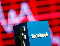 Le ministre allemand de la Justice a estimé jeudi que Facebook devait être considéré comme un média et non comme une plateforme technologique de partage de contenus. Ce statut placerait Facebook sous la législation le rendant responsable des contenus propageant des discours racistes ou de haine. /Photo prise le 3 novembre 2016/REUTERS/Dado Ruvic