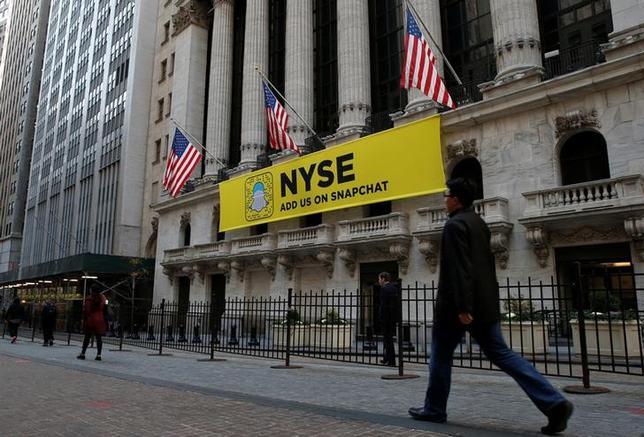 11月17日、米国株式市場は、S&P総合500種が反発し、史上最高値に迫った。イエレンFRB議長の議会証言を受け追加利上げ期待から銀行株が買われた。NY証券取引所で16日撮影(2016年 ロイター/Brendan McDermid)