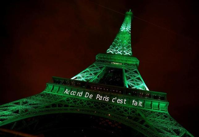 11月17日、国連気候変動枠組条約締約国会議(COP22)に参加した参加国・地域は、温暖化防止へ行動することが「緊急の責務」だとする宣言を発表した。「パリ協定完了」と描かれたパリのエッフェル塔、4日撮影(2016年 ロイター/Jacky Naegelen)