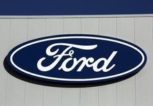 El presidente electo estadounidense, Donald Trump, dijo el jueves que el presidente de Ford Motor, Bill Ford Jr, le comentó que la automotriz no trasladará una planta desde Kentucky a México, pero la firma sostuvo que le informó la decisión de mantener la producción de un vehículo en Estados Unidos. En la imagen, un logo de Ford en una pared en una planta en Oakville, Ontario, Canadá, el 6 de noviembre de 2016. REUTERS/Chris Helgren