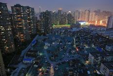 Вид на один из районов Шанхая 10 апреля 2016 года. Бум китайского рынка недвижимости показал первые признаки ослабления в октябре после быстрого и резкого роста цен, поддержавшего подъем экономики в текущем году.  REUTERS/Aly Song