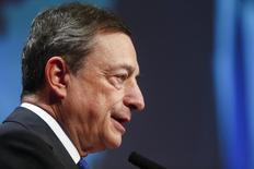 Глава ЕЦБ Марио Драги выступает на Европейской финансовой неделе во Франкфурте-на-Майне 18 ноября 2016 года. Глобальный банковский сектор должен быть хорошо отрегулирован, и меры, которые уже приняты, не следует отменять, заявил глава Европейского центробанка Марио Драги в пятницу на фоне усилившихся опасений того, что новая администрация США может смягчить правила для банковского сектора. REUTERS/Ralph Orlowski
