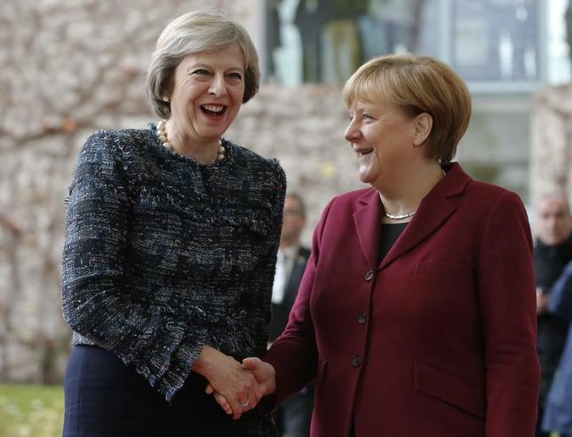 11月18日、英国のメイ首相は、ドイツのメルケル首相に、EU離脱に向けた準備は進んでいると伝えた。写真はベルリンで同日撮影(2016年 ロイター/Fabrizio Bensch)