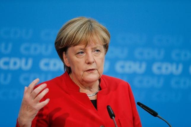 11月20日、ドイツのメルケル首相(62、写真)は、来年9月に行われる連邦議会(下院)選挙に首相4期目を目指して出馬する考えを正式に表明した。(2016年 ロイター/Hannibal Hanschke)