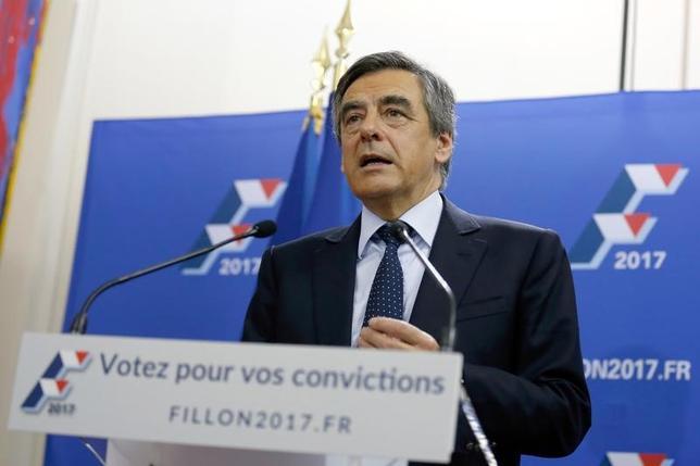 11月20日、来年の仏大統領選に向けて予備選の第1回投票が20日実施され、暫定集計ではフィヨン元首相(写真)が得票率44.1%で1位となった。(2016年 ロイター/Thomas Samson)