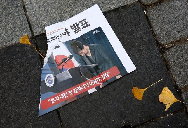 11月20日、韓国の朴槿恵大統領の友人、崔順実容疑者の国政介入疑惑をめぐり、検察当局は、崔氏と大統領府前高官の3人を起訴し、朴大統領が3人と共謀したとの見解を示した。ソウルで19日撮影(2016年 ロイター/Kim Kyung-Hoon)