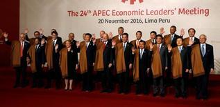 """Líderes de los países integrantes de la APEC en Lima, Peru,  Noviembre 20, 2016.  Los líderes del Asia-Pacífico se comprometieron el domingo a seguir luchando contra """"todas las formas de proteccionismo"""", tras reconocer que los procesos de integración son cada vez más cuestionados por un crecimiento desigual en los últimos años. REUTERS/Kevin Lamarque"""