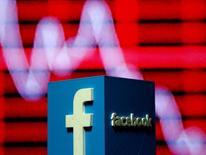 En la imagen, el logo de Facebook en 3D en una foto ilustrativa, el 3 de noviembre de 2016. Facebook dijo que expandiría su presencia en Reino Unido en un 50 por ciento en 2017, uniéndose a su compañera del sector de la tecnología estadounidense Google en un impulso inversor a pesar de la incertidumbre provocada por la votación a favor de salir de la Unión Europea. REUTERS/Dado Ruvic
