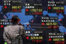 Imagen de un hombre mirando pantallas con cotizaciones ante una casa de valores en Tokio, el 16 de noviembre de 2016. Las bolsas de Asia operaban a la defensiva el lunes, en medio de los temores a que la fortaleza del dólar desde la elección de Donald Trump para la presidencia de Estados Unidos acelere la salida de fondos desde la región.REUTERS/Toru Hanai
