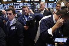 Operadores en el parqué de la Bolsa de Nueva York. 15 de noviembre de 2016. Los tres principales índices de Wall Street cerraron el lunes en récord históricos, extendiendo un repunte tras las elecciones presidenciales en Estados Unidos, por un alza de las acciones de energía y otras relacionadas con las materias primas y con las de Facebook impulsando las ganancias del sector tecnológico. REUTERS/Lucas Jackson