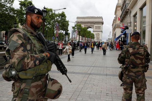 11月21日、米国務省は、年末年始の休暇を前に欧州全域でテロ攻撃が起きるリスクが高まっているとして、渡航する米国民に注意を促す渡航警戒情報を出した。パリで6月撮影(2016年 ロイター/PHILIPPE WOJAZER)