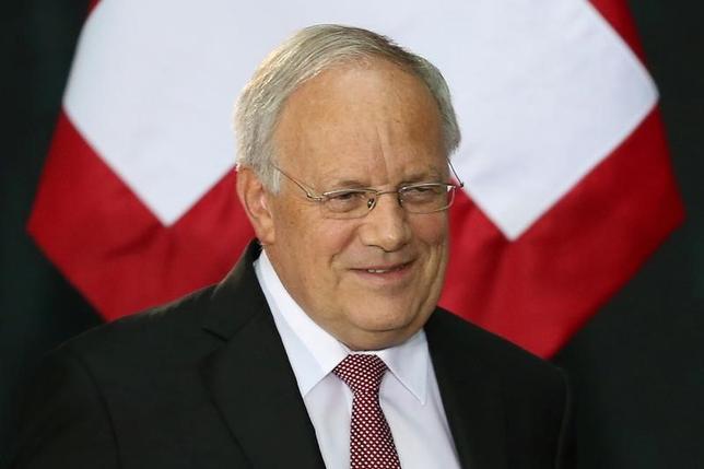 11月22日、スイスのヨハン・シュナイダー・アマン大統領は、英国が欧州連合(EU)を離脱した後、欧州自由貿易連合(EFTA)への加盟を打診した場合は前向きに協議する用意があると語った。写真はヨハン・シュナイダー・アマン大統領がメキシコを訪問した際に催された、メキシコシティの国立宮殿での歓迎会で4日撮影(2016年 ロイター/Edgard Garrido)