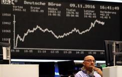 Imagen de archivo, un operador de la bolsa de Francfórt reacciona a los resultados,Alemania,9 de noviembre, 2016.  Las bolsas europeas subían el miércoles por tercer día consecutivo, en momentos en que las acciones ligadas a las materias primas apoyaban nuevamente al mercado tras un repunte en los precios de los metales.REUTERS/Kai Pfaffenbach  - RTX2SVPZ