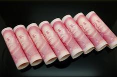 Billetes de 100 yuanes se ven en la fotografía tomada en Beijing, 5 de noviembre, 2013. El yuan cayó el miércoles por debajo del nivel de 6,92 unidades por dólar en el comercio fuera de China y tocó un mínimo en casi seis años, mostraron datos de Reuters.REUTERS/Jason Lee