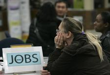Les inscriptions hebdomadaires au chômage ont augmenté aux Etats-Unis la semaine dernière, marquant un rebond par rapport à leur creux de 43 ans de la semaine précédente, tout en restant à un niveau reflétant un resserrement du marché du travail. Lors de la semaine au 19 novembre, le nombre d'inscriptions a augmenté de 18.000 à 251.000, contre 233.000 la semaine précédente. /Photo d'archives/REUTERS/Robert Galbraith