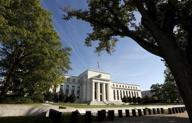11月23日、FRBが公表した11月1─2日開催のFOMC議事要旨は、米経済が早期の利上げを正当化するほど力強いとの見解を示した。写真は2015年9月、ワシントンのFRB前で撮影(2016年 ロイター/Kevin Lamarque)