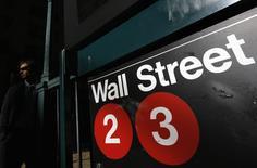 Le Dow Jones et le S&P 500 ont enchaîné mercredi un troisième record de clôture consécutif à la Bourse de New York, portés par leurs composantes industrielles, mais le recul des valeurs technologiques a empêché le Nasdaq Composite de faire de même. Dans des volumes peu étoffés en cette veille de journée fériée de Thanksgiving, l'indice Dow Jones a gagné 0,31%, à 19.083,18 points. /Photo d'archives/REUTERS/Shannon Stapleton