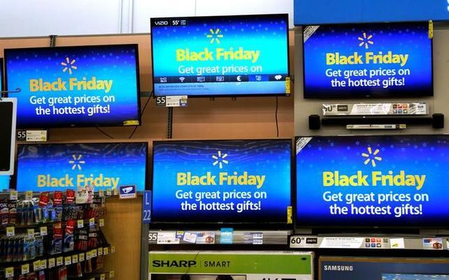 11月23日、米年末商戦の皮切りとされてきたブラックフライデーの売り上げが勢いを弱める中、小売業者の間では近年よりもさらに時期を早めて感謝祭前に値引きを始める動きが強まっている。コロラド州ウエストミンスターで撮影(2016年 ロイター/RICK WILKING)