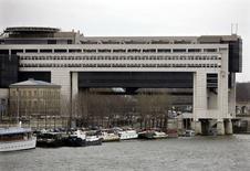 L'exil fiscal des contribuables dont le revenu dépasse 100.000 euros par an s'est poursuivi en France en 2014, avec une hausse de 10% des départs, selon le rapport annuel du ministère des Finances qui pointe toutefois une baisse des départs des foyers assujettis à l'ISF. Plus de 4.100 départs de foyers gagnant plus de 100.000 euros par an ont été enregistrés en 2014, contre 3.744 en 2013. /Photo d'archives/Reuters
