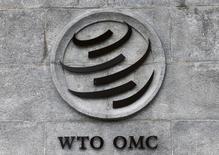 El logo de la OMC en su sede en Ginebra, Suiza, 3 de junio, 2016.Pekín defenderá sus derechos bajo las normas de aranceles de la Organización Mundial de Comercio si el presidente electo de Estados Unidos, Donald Trump, cumple con las amenazas que realizó durante su campaña y aplica impuestos a los bienes fabricados en China, dijo el miércoles un funcionario chino. REUTERS/Denis Balibouse   - RTSG132