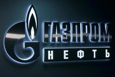 Логотип Газпромнефти в офисе компании в Ханты-Мансийске. 28 января 2016 года. Нефтяное крыло Газпрома - Газпромнефть - прогнозирует капзатраты в 2017 году примерно на уровне 2016 года, когда программа инвестиций оценивалась компанией в 362 миллиарда рублей, рост добычи на 5-6 процентов, сказал финансовый директор компании Алексей Янкевич во время телефонного звонка с аналитиками. REUTERS/Sergei Karpukhin/File Photo