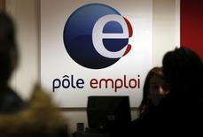 Le nombre de demandeurs d'emploi de catégorie A (sans aucune activité) a reculé de 0,3% le mois dernier pour s'établir à 3.478.800, soit 11.700 de moins qu'à fin septembre. /Photo d'archives/REUTERS/Régis Duvignau