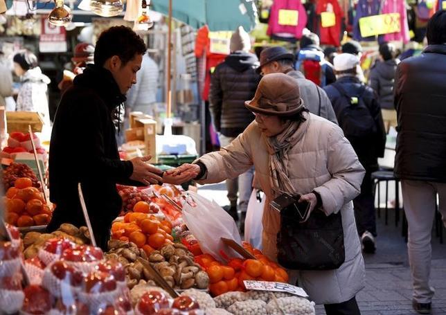 11月25日、総務省によると、10月の全国消費者物価指数(生鮮食品を除く)は99.8となり、前年同月比0.4%低下した。1月撮影(2016年 ロイター/Yuya Shino)