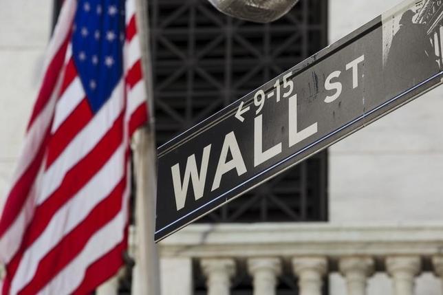 11月23日、米大手銀は2010年に成立した金融規制改革法(ドッド・フランク法)を順守するために多額の資金を投じてきた。それだけにトランプ次期政権が議会とともに同法の撤廃もしくは大々的な修正に乗り出せば、せっかくの努力が水の泡となることを懸念している。NY証券取引所前で昨年8月撮影(2016年 ロイター/Lucas Jackson)
