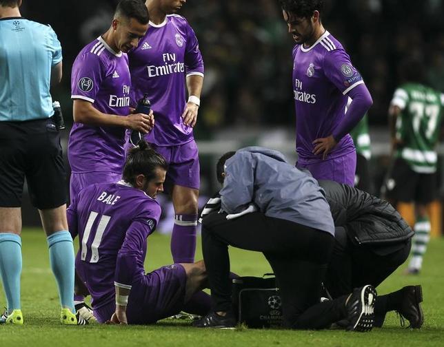 11月24日、サッカーのスペイン1部、レアル・マドリードは、ウェールズ代表FWガレス・ベイルが足首の手術を受けることを発表した。22日撮影(2016年 ロイター/Pedro Nunes)