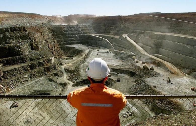 2001年7月27日,图为一名矿工在俯视澳大利亚卡尔古利的Super Pit金矿。REUTERS/David Gray
