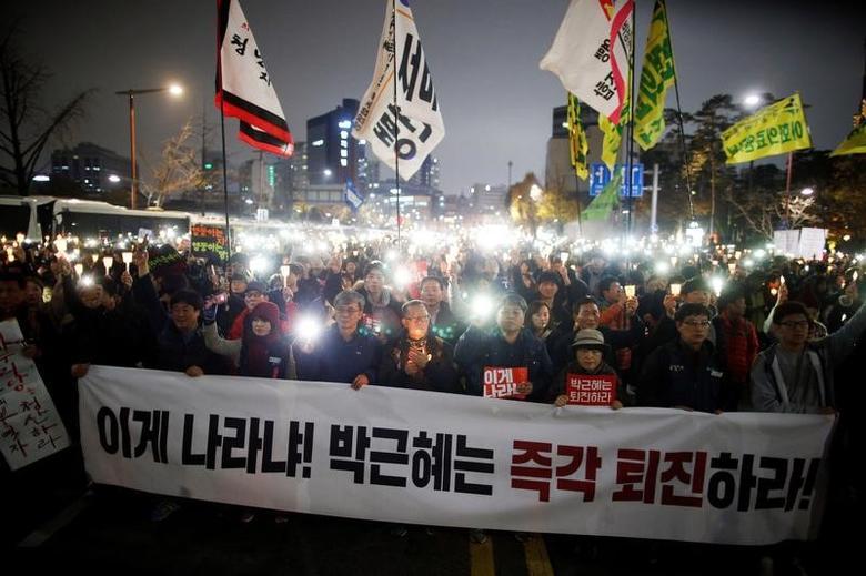 2016年11月19日,首尔,韩国民众举行游行示威,要求总统朴槿惠辞职。REUTERS/Kim Hong-Ji