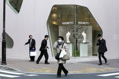 El índice de precios subyacentes al consumidor de Japón anotó su octavo mes de caídas interanuales en octubre, mostraron el viernes datos del Gobierno, ilustrando la escala del desafío al que se enfrenta el banco central para superar la deflación y el estancamiento de la economía con limitadas opciones de política. En la imagen, gente camina delante de una tienda de lujo en el distrito comercial de Tokio, Japón, el 24 de marzo de 2016.  REUTERS/Thomas Peter