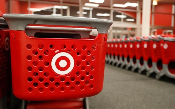 """2016年11月24日,美国芝加哥一家Target零售店在""""黑色星期五""""销售活动开始前准备的购物车。REUTERS/Kamil Krzaczynski"""