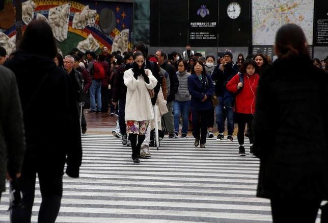 11月25日、政府は、11月の月例経済報告で、景気の判断を前月から据え置き「このところ弱さもみられるが、緩やかな回復基調が続いている」として9カ月連続で据え置いた。都内で11日撮影(2016年 ロイター/Kim Kyung-Hoon)