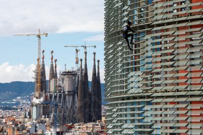 French Spiderman scales Spanish skyscraper