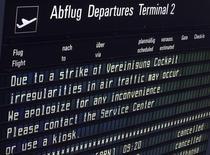 Un tableau d'information de vol à l'aéroport de Munich mercredi dernier. Lufthansa avait soumis à ses pilotes en grève depuis mercredi une nouvelle proposition comportant une hausse des salaires et des créations d'emplois. La compagnie aérienne allemande propose une hausse des salaires de 4,4% ainsi que la création de 1.000 postes pour les pilotes débutants et jusqu'à 600 stages de formation des pilotes sur une période de cinq ans. /Photo prise le 23 novembre 2016/REUTERS/Michael Dalder