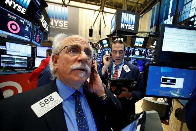 11月25日、米国株式市場は主要3指数がそろって最高値で取引を終えた。写真はニューヨーク証券取引所で同日撮影(2016年 ロイター/Brendan McDermid)