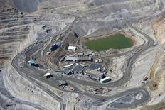 Vista aérea de la mina de cobre Los Bronces de Anglo American, en las montañas de Los Andes, cerca de Santiago. 17 de noviembre de 2014. La minera global Anglo American detuvo el sábado las operaciones de su yacimiento chileno de cobre Los Bronces luego de que nuevamente un grupo de encapuchados irrumpiera en las instalaciones, dijo a Reuters la compañía. REUTERS/Ivan Alvarado
