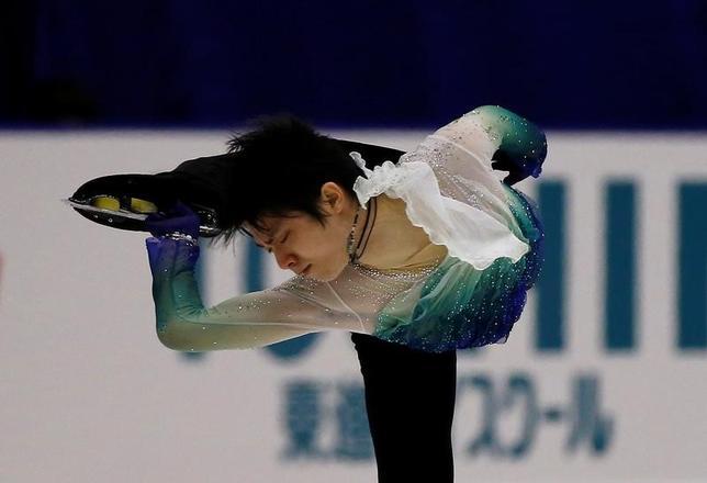 11月26日、フィギュアスケートのGPシリーズ最終戦、NHK杯、男子フリーで羽生結弦が197.58点をマークし、今季世界最高の合計301.47点で大会連覇を達成。12月のGPファイナル出場を決めた(2016年 ロイター/Issei Kato)