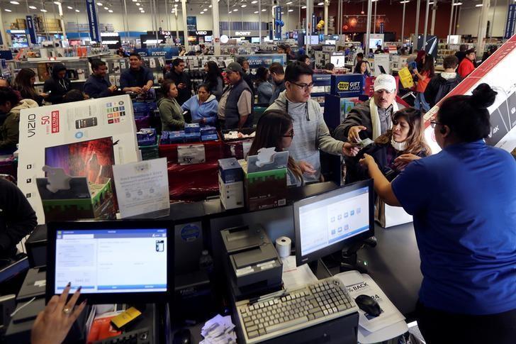 2016年11月25日,美国消费者在黑色星期五的洛杉矶一家百思买店内购物。REUTERS/David McNew