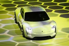 Porsche anticipe pour sa première voiture électrique, la Mission E, des ventes annuelles de l'ordre de 20.000 exemplaires, écrit l'hebdomadaire Automobilwoche. /Photo d'archives/REUTERS/Kai Pfaffenbach