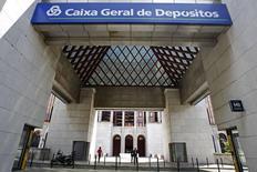 El recientemente designado consejero delegado del banco nacionalizado Caixa Geral de Depositos (CGD) y seis miembros del consejo de administración han dimitido, informó el lunes el Gobierno, retrasando potencialmente la recapitalización de 5.000 millones de la entidad en dificultades. En la imagen, la entrada de la sede del banco portugués Caixa Geral de Depositos en Lisboa, el 21 de julio de 2010. REUTERS/Jose Manuel Ribeiro