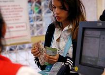 Una persona realizando compras en un supermercado en Caracas, jun 30, 2016 . El precio del dólar en el mercado paralelo de Venezuela aumentó 59 por ciento durante la semana que concluyó el lunes, acercándose a los 3.500 bolívares, según el portal estadounidense dolartoday.com.  REUTERS/Mariana Bazo