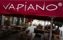La chaîne allemande de restaurants Vapiano prépare une introduction en Bourse qui pourrait la valoriser à environ 600 millions d'euros, dette comprise. Vapiano, qui cherche à lever des liquidités pour financer son expansion, a sondé des banques d'affaires en vue d'une cotation à la Bourse de Francfort en 2017. /Photo d'archives/REUTERS/Kai Pfaffenbach